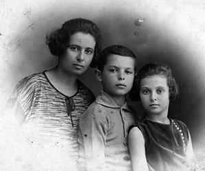 האמא טובה עם ילדיה עמרם נולד 1914 ואחותו יוכבד צעירה בשנתיים.